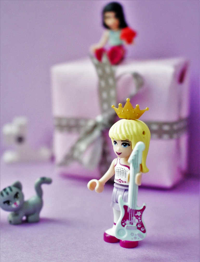 Fun gift wrapping ideas with Lego Friends